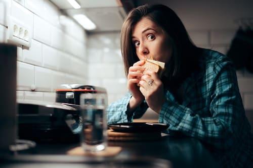 Стресс и поздний ужин – причины бессонницы