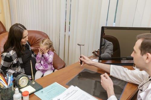 Осмотр ребенка с ММД в клинике