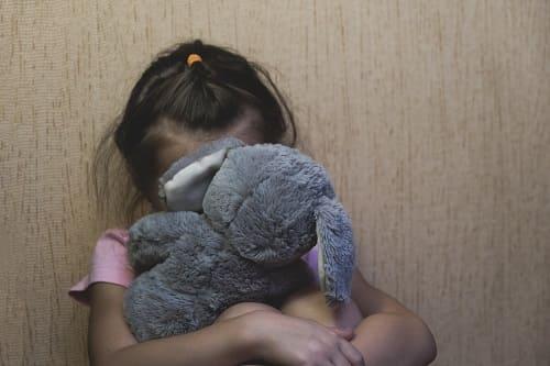 Ребенок сидит из-за головокружения