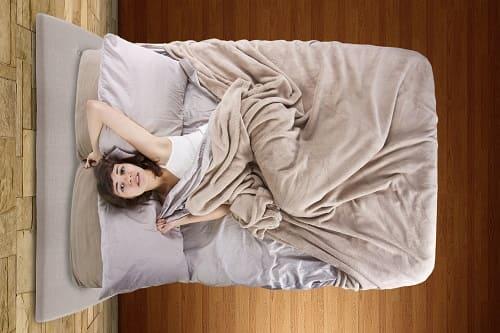 Женщина ворочается в постели