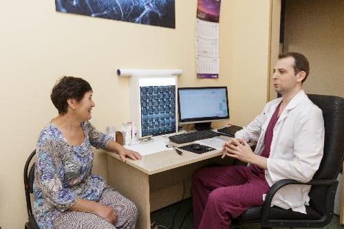 Опрос пациентки с давящей головной болью