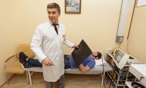 Врач анализирует показатели пациента с бессонницей