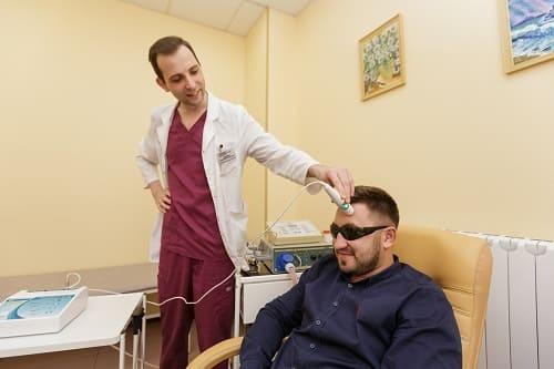 Лазеротерапия – лечение головных болей у мужчины